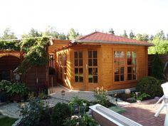 Rustikal und dennoch schlicht: Das 5-Eck-Gartenhaus ist mit dunklerer Holzlasur eingelassen. Das rote Dach passt perfekt zu den roten Fliesen. Efeu und andere Grünpflanzen schützen zudem vor Blicken.