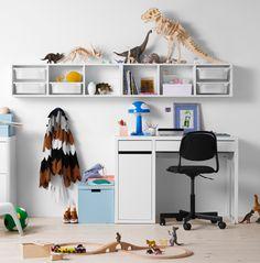 To give an idea of what the work space could look like. Bureau, étagère et bacs de rangement tout en blanc avec chaise pivotante noire sur roulettes.