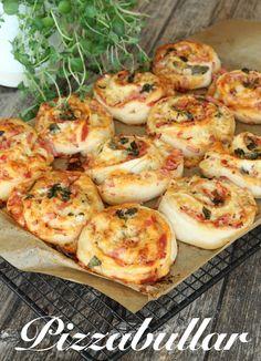 Klassiska Pizzabullar - Pizzabullar är så gott att ta med sig ut på utflykten eller varför inte baka en hel sats och frysa in och ta fram när man är sugen på något matigt. Fyllningen kan varieras efter smak.