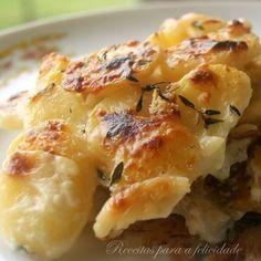 Natas e batatas no forno combinam de forma divina. Uma pitada de aromáticas finaliza este prato de peixe para toda a família