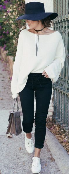 black and white fall outfit / hat + sweater + skinny jeans + sneakers + bag