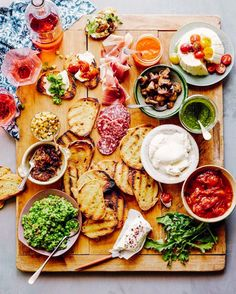 This Bruschetta Bar looks and sounds like a great idea! How To: Bruschetta Bar // What's Gaby Cooking Bruschetta Bar, Bruschetta Recipe, Homemade Bruschetta, I Love Food, Good Food, Yummy Food, Healthy Food Recipes, Cooking Recipes, Spinach Recipes