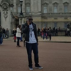 Fun day with the family touring this beautiful city at Buckingham Palace  @AppLetstag #travel #trip #tourist #europe #architecture #london #uk #buckinghampalace #queen #royal #westminster #victoria #family #vacation #HTers #HashTags #cool #funny #life #love #me #photo  #smile #swag by dan_el_don78