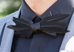 Custom bow tie made with feathers Grooms' Style: The New Suit Diy Fashion, Mens Fashion, Fashion Design, Custom Bow Ties, Groom Style, Cool Suits, Diy Clothes, Harajuku, Fashion Accessories