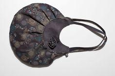 Wunderschöne Wendetasche aus bedrucktem Baumwollcord und uni Baumwollcord. Die Tasche ist eine Mischung aus Schultertasche und Shopper und somit de...