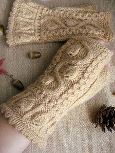 リーフをモチーフにしたオリジナルデザイン♪暖かい★柔らかい●お洒落な模様♪上質の糸を使用した手編みのハンドウォーマーです。指が出ていて付けたまま細かい作業がで...|ハンドメイド、手作り、手仕事品の通販・販売・購入ならCreema。