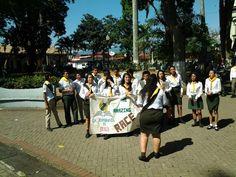 Al finalizar las marchas el Club de Guías Mayores Iglesia Adventista Central de Alajuela, canto  para las personas que estaban en el parque.