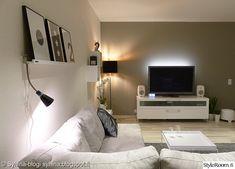 tv-taso,maalattu seinä,jalkalamppu,vaalea sisustus,harmaa,valkoinen,musta,säilytys,seinähylly