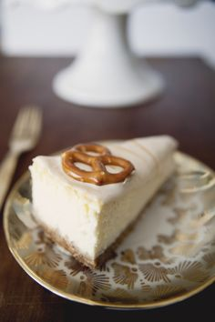 NEW YORK CHEESECAKE WITH GRAHAM / PRETZEL CRUST + SALTED CARAMEL SOUR CREAM ON TOP - The Kitchy Kitchen