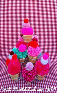 ~Etagere vol met cupcake pompom's-gemaakt door mijzelf~