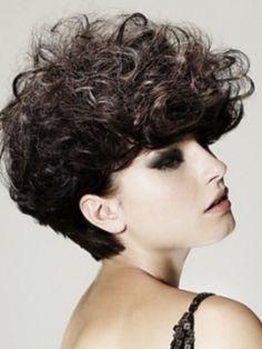No es siempre fácil encontrar el pelo perfecto para tu cabello rizado.  Si tu cabello es rizado natural, lo puedes peinar o cepillar sólo cu...
