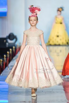 Magical forest - 2106 - Flower and communion dress Curvy Fashion, Diy Fashion, Fashion Show, Womens Fashion, Communion Dresses, Lace Patterns, Flower Fashion, Little Princess, Bridal Style