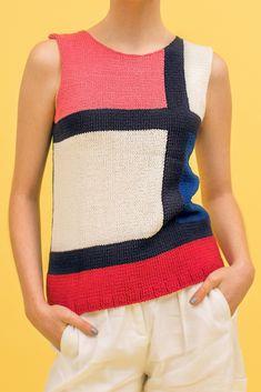 Von Mondrian inspiriert: Die Strickanleitung für das bunte Sommertop gibt es kostenlos auf unserer Webseite.