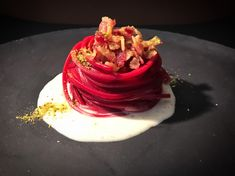 Spaghetti with beetroot and pecorino cream - Ginger in the kitchen Gourmet Recipes, Cooking Recipes, Sushi Recipes, Gourmet Desserts, Gourmet Foods, Plated Desserts, Pasta Casera, Food Obsession, Food Decoration