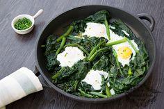 Uova e spinaci in padella // eggs and spinach in a pan