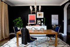 7 Paint Trends That Will Transform Your Home Black Painted Walls, Black Walls, Dining Room Inspiration, Home Decor Inspiration, Decor Ideas, Dining Table Design, Cool Rooms, Decor Interior Design, Decoration