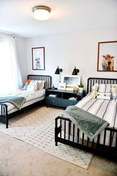 35 Fascinating Shared Kids Room Design Ideas - Planning a kid's bedroom design can be a lot of fun. It can also be a daunting task as you tackle the issue of storage and making things easy to clean. Shared Boys Rooms, Shared Bedrooms, Kids Rooms, Twin Bedroom Ideas, Little Boy Bedroom Ideas, Boy And Girl Shared Room, Kids Bedroom Boys, Big Boy Bedrooms, Cute Dorm Rooms