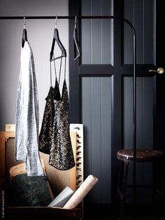 Att göra något annorlunda och kreativt med en sovrumsvägg är kul. HURDAL skjutdörrar i massivt trä målas i en matt svart och mörk olivgrå nyans.