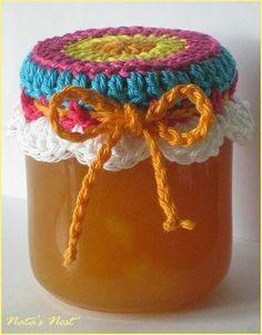 Müssen gehäkelte Marmeladenhäubchen immer weiß sein? Nein. Die Idee mit den bunten kam mir, nachdem ich gerade zwei weiße verschickt hat...