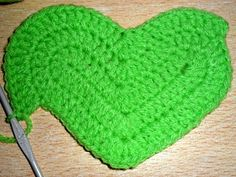 cada uno y cerrarlas todas juntas. in the next 5 basis points knit 1 Double crochet in Crochet Fruit, Heart Patterns, Double Crochet, Diy Clothes, Diy And Crafts, Cactus, Crochet Patterns, Crochet Ideas, Kids Rugs