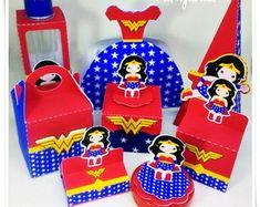Festa Mulher Maravilha lembrancinha latinha com aplique Mulher Maravilha impresso Wonder Woman Birthday, Wonder Woman Party, 4th Birthday Parties, 3rd Birthday, Anniversaire Wonder Woman, Gable Boxes, Hero Girl, Superhero Party, Childrens Party