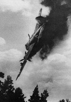 getroffenes, brennendes Flugzeug der Deutschen Luftwaffe während des Zweiten Weltkrieges beim ansetzen einer Notlandung
