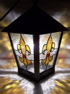 Farol De Hierro Artesanal Con Vitreaux - $ 1.850,00 en MercadoLibre Stained Glass Lamps, Stained Glass Panels, Stained Glass Projects, Stained Glass Patterns, Leaded Glass, Mosaic Glass, Fused Glass, Tiffany Glass, Colored Glass