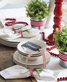 Met kerstmis kun je het niet groots genoeg aanpakken. Wat dacht je van houtschijven als onderbord, handgemaakte servetbundeltjes of prachtige tafelstukken? Wil je ook een persoonlijke stempel op jouw kerstcadeautjes drukken? Met deze DIY pak je jouw cadeaus perfect in: