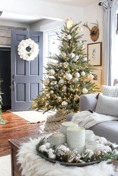 The Ultimate Christmas Tree inspiration. The best Christmas trees. When it comes to decorating, my favourite part is the TREE. I love to create a beautiful Christmas tree. Here is the Ultimate christmas tree Inspiration! Cool Christmas Trees, Silver Christmas, Noel Christmas, Beautiful Christmas, Christmas Tree Decorations, Christmas Tree On Table, Christmas Ideas, Decorated Christmas Trees, Christmas Wreaths
