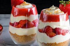 Découvrez le parfait à la fraise, un dessert léger, délicieux et incroyablement simple à réaliser ! Desserts Rafraîchissants, Desserts To Make, Delicious Desserts, Dessert Recipes, Yummy Food, Dessert Food, Healthy Food, Strawberry Parfait, Strawberry Recipes