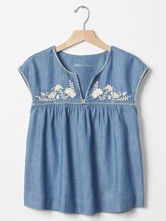 gap embroidered chambray top: Would look good with almost anything, white skinny jeans, plain old regular jeans. Jean Shirt Dress, Dress Shirts, Mexican Dresses, Creation Couture, Chambray Top, Embroidery Dress, Mexican Embroidery, Mode Style, Baby Dress