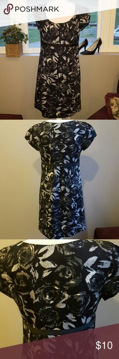Ann Taylor Loft Short Sleeve Dress Ann Taylor Loft Dress. Zips up the side. Size 8. Black, Gray, & White with Floral Design. Shell is 100% Cotton  and Lining is 100% Polyester. Ann Taylor Loft  Dresses Midi