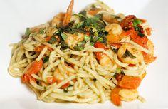 Verse basilicumspaghetti met pestogarnalen, tomaat en munt