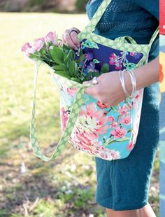 Free Reversible Bucket Bag PDF Pattern. Step-by-step instructions for the bag as well which includes bias binding and pleats