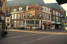 Dit is het oudste café van Amersfoort. Het pand stamt uit de 16e eeuw en ademt ook die sfeer uit. Een ieder die de sterk overgebouwde verdieping ziet raakt sterk onder de indruk van dit karakteristieke pand.