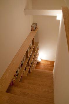 中庭に注ぐ光が家全体を優しく包み込む現代町屋 Home Furnishing Accessories, Home Furnishings, Interior Stairs, Home Interior Design, Stair Bookshelf, Narrow House, Wall Shelves Design, Home Libraries, Dark Interiors
