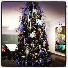 A cheery 12 foot pine stands tall in #RadissonBlu Mall of America's art gallery, extending warm holiday greetings to all who pass by. #BluMOA http://www.radissonblu.com/hotel-mall-of-america