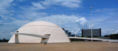 Museu Nacional Honestino Guimarâes, projeto de Oscar Nienmeyer, criticado por outros arquitetos pela estrutura pesada contrastando com a delicadeza característica de sua obra anterior, e por supostamente falhar em produzir um espaço agradável para expor arte.