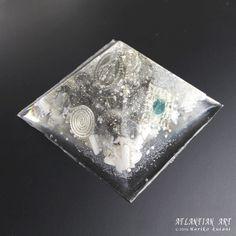 白銀の雪のマリアオルゴナイト☆☆☆|ATLANTIAN ART~天然石アクセサリー・点画・オルゴナイト