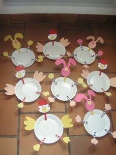 Lapins, poules avec assiettes en carton