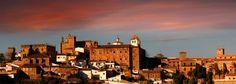 Hoy jueves nos despedimos con este bonito atardecer en el que podemos ver el casco histórico medieval de Cáceres fundiéndose con esos tonos rojizos que tanto nos gustan y que tantas veces compartimos con vosoto@s...¡¡disfrutadlo!!