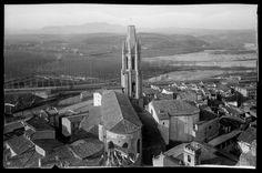 1902 girona Vista del barri de Sant Pere des del campanar de la Catedral de Girona. Al centre, l'església de Sant Feliu. En segon terme, la via del tren i el pont del Ferrocarril. Al fons, la confluència del Ter i l'Onyar i darrera seu, la Devesa, el barri de Fontajau i la muntanya del Puig d'en Roca