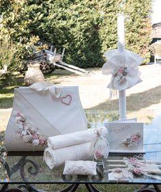 Ρομαντικό Σετ βάπτισης που αποτελείται από τσάντα και λαμπάδα στολισμένα με χειροποίητα λουλούδια και καρδιές σε παλ αποχρώσεις κοστίζει 120Ε.   Όλο το σετ ολοκληρωμένο  το οποίο περιέχει λαμπάδα,τσάντα,σετ λαδιού,λαδόπανα και 50 μαρτυρικά κοστίζει:220 Ε Christening, Baby Strollers, Gift Wrapping, Candles, Children, Gifts, Art, Baby Prams, Gift Wrapping Paper