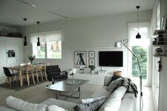 Kuin sisustuslehdestä, ihana olohuone, avokeittiö. (Moderni puutalo - bloggaajien koti)