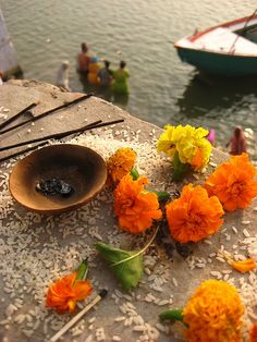 Offering by the Ganges: Incense, grains of rice, marigolds (@Diane Haan Lohmeyer Haan Lohmeyer Haan Lohmeyer Haan Lohmeyer Z on Flicker)