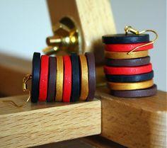 PRdizajn / Náušnice od zlatej po čiernu Farebné náušnice z ručne modelovaných korálok z fimo hmoty. Farebnosť prechádza z červenej cez zlatú až po čiernu.