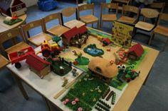 """Verteltafel bij het boek """" wat het lieveheersbeestje hoorde """" zet de boerderij op en speel het verhaal uit Poker Table, School, Decor, Google, Farm Gate, Insects, Decoration, Decorating, Deco"""