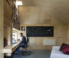 壁面いっぱいの大きな作りつけ本棚のある離れのワークスペース