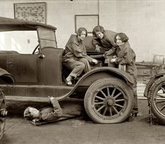 High school girls learning auto mechanics, 1922. Jeunes filles apprenant la mécanique automobile en 1922.
