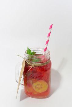 Recette Limeade : Dans le bocal écrasez 6 belles fraises avec une cuillère à soupe de sucre de canne. Ajoutez le jus d'un demi citron vert, des tranches de concombre, des glaçons et mélangez. Versez de l'eau gazeuse et ajoutez une fraise entière puis de la menthe fraîche.